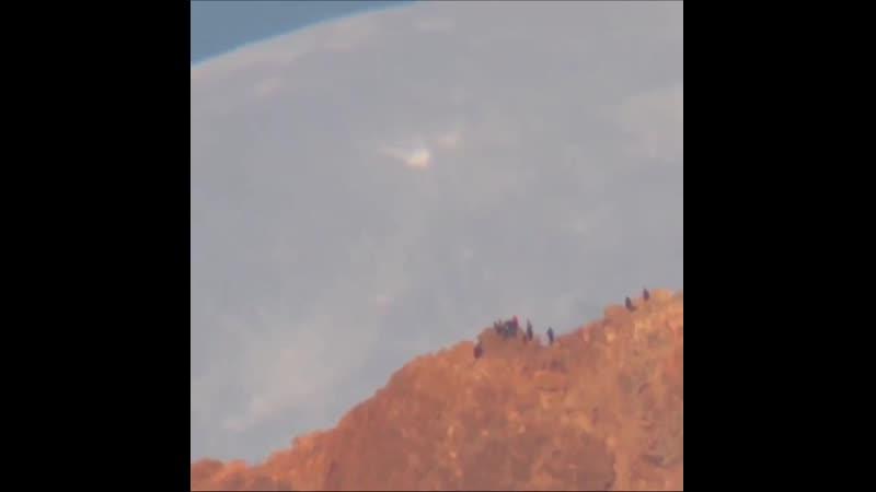 Фантастическое видео. Луна проходит над вулканом Тейде на канарском острове Тенерифе. Автор: Daniel López.