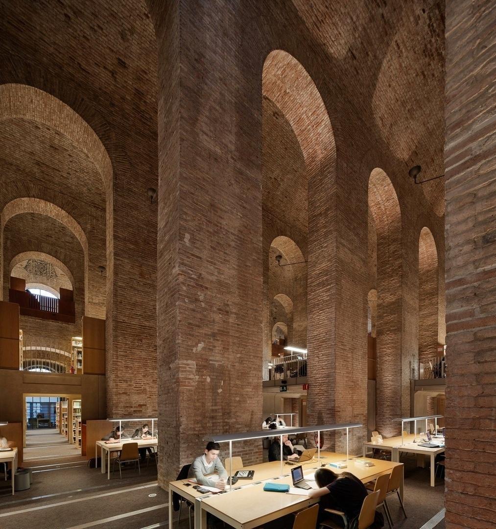 Библиотека имени Пумпеу Фабры в Барселоне.