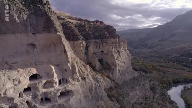 Посмотрите это видео на Rutube: «Monastères d'Europe, les témoins de l'invisible - Insolites»