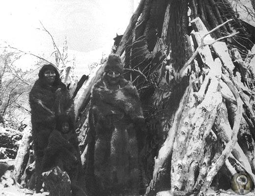 Завещание снежных индейцев Мартовским днем 1923 года 60 индейцев на лодках причалили к берегу пролива Бигла. На Огненной Земле стояло позднее лето, дождь немного стих, и воздух прогрелся до плюс