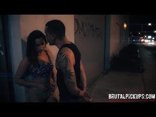 sokaktaki kıza tecavüz ediyor