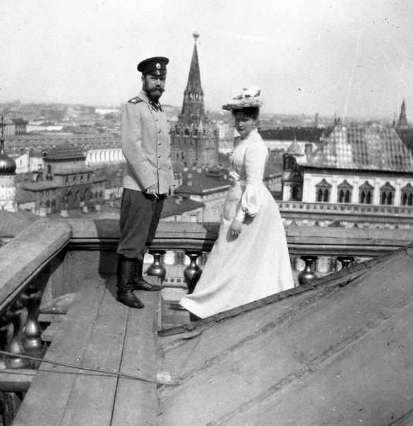 Император Николай II и супруга Александра Федоровна на крыше Большого Кремлевского дворца (1903 год)