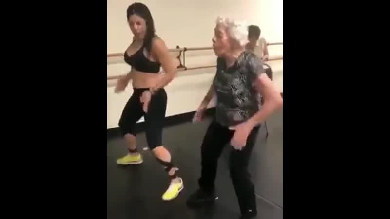 Какая умница, учит бабушку так танцевать