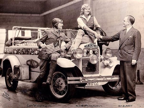 Индиана Джонс в юбке: первая женщина, объехавшая 80 стран в 1920-х годах. часть 2. В путешествии по Африке Алоха поднимается на борт корабля, стоя на своей знаменитой машине.В 1930 году Алоха