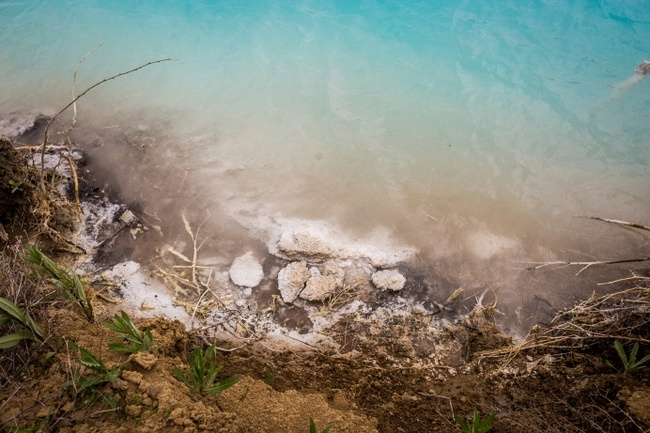 Отравленные Мальдивы: фоторепортаж с опасного сибирского озера неземного цвета за ТЭЦ