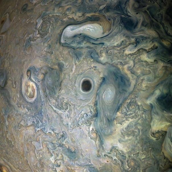 Черный ураган на Юпитере, прозванный NASA «юпитерианской бездной».