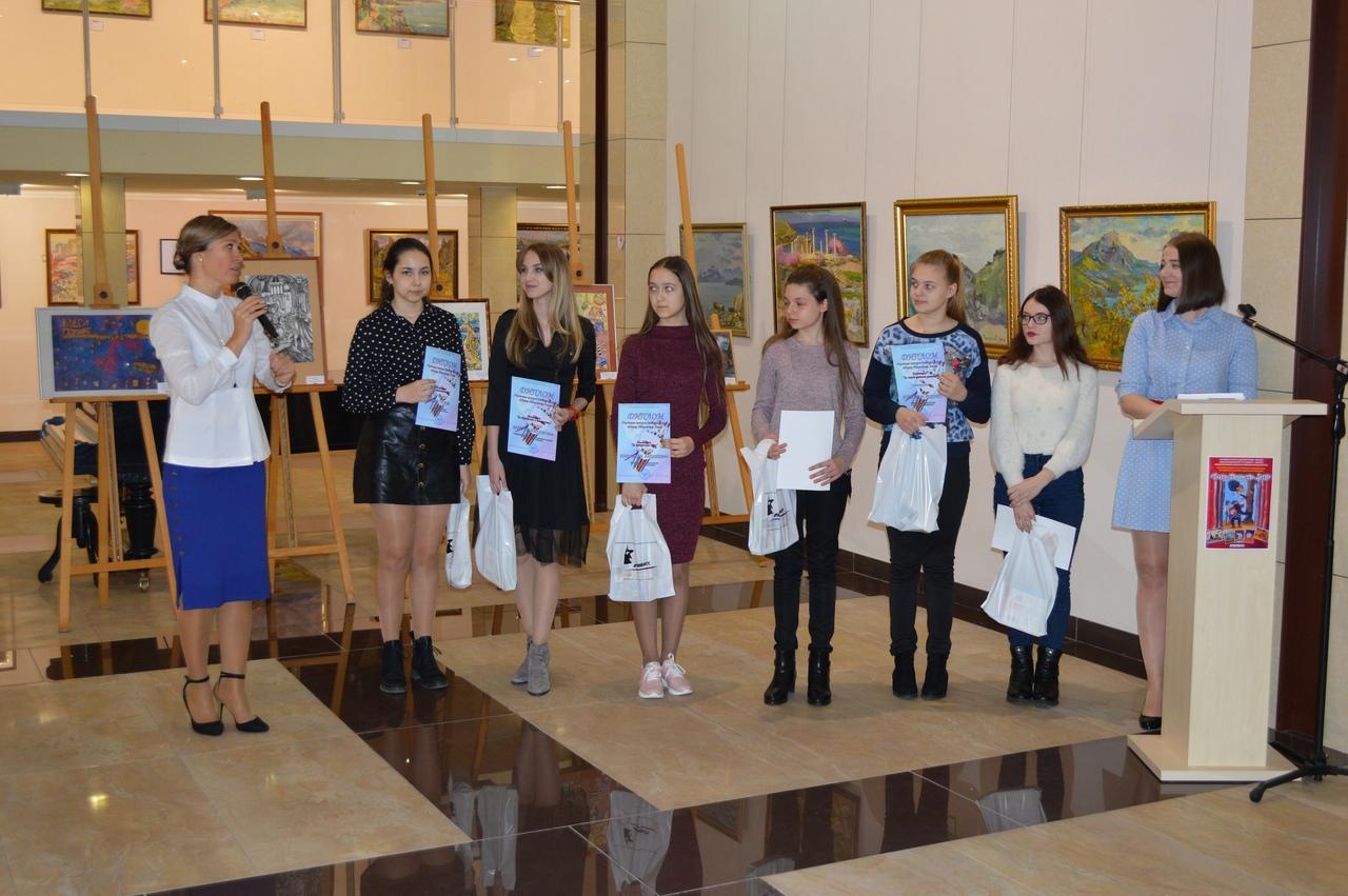 В ХМ «Арт-Донбасс» подвели итоги Городского конкурса рисунка «Театр. Творчество. Дети»