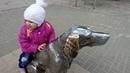 Гуляем по городу. Белый Бим, котенок с улицы Лизюкова. Диана кормит голубей.