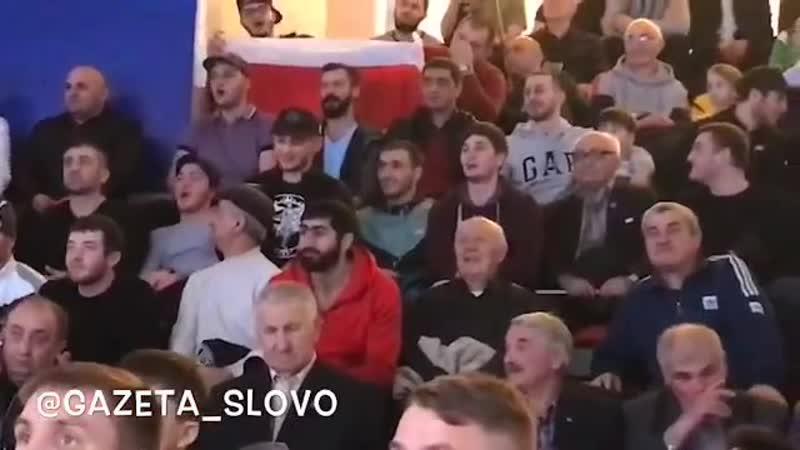 Болельщики во время боя Алана Абаева хором исполнили Хосдзауты зараг