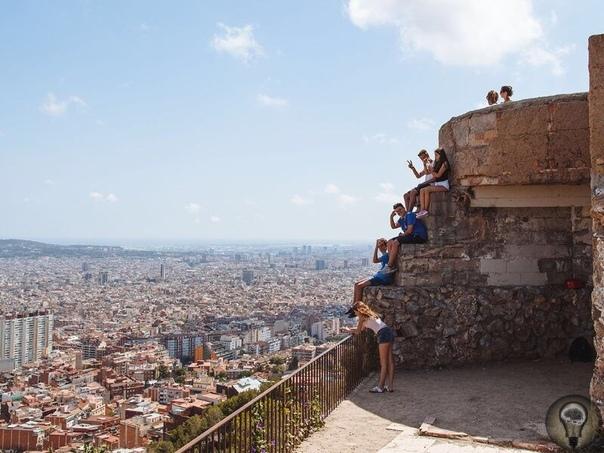 Лучшие смотровые площадки Барселоны Памятник Колумбу Прогуливаясь в сторону моря по главной пешеходной улице Рамбле, вы не сможете обойти небольшую площадь в виде круга Портал-де-ла-Пау. В