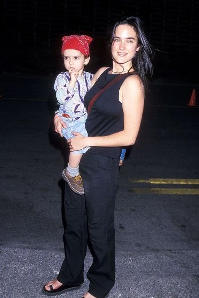 Дженнифер Коннели со старшим сыном Каем. Дженнифер Коннели родила сына Кая Дуган в 1997 году в отношениях с фотографлом Дэвидом Даганом.С 2003 года Дженнифер замужем за актером Полом Беттаном, у