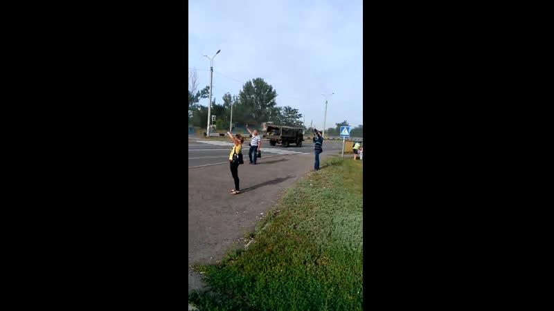 Колонна ополченцев проходит через поселок Белое ЛНР 20 июня 2014 :