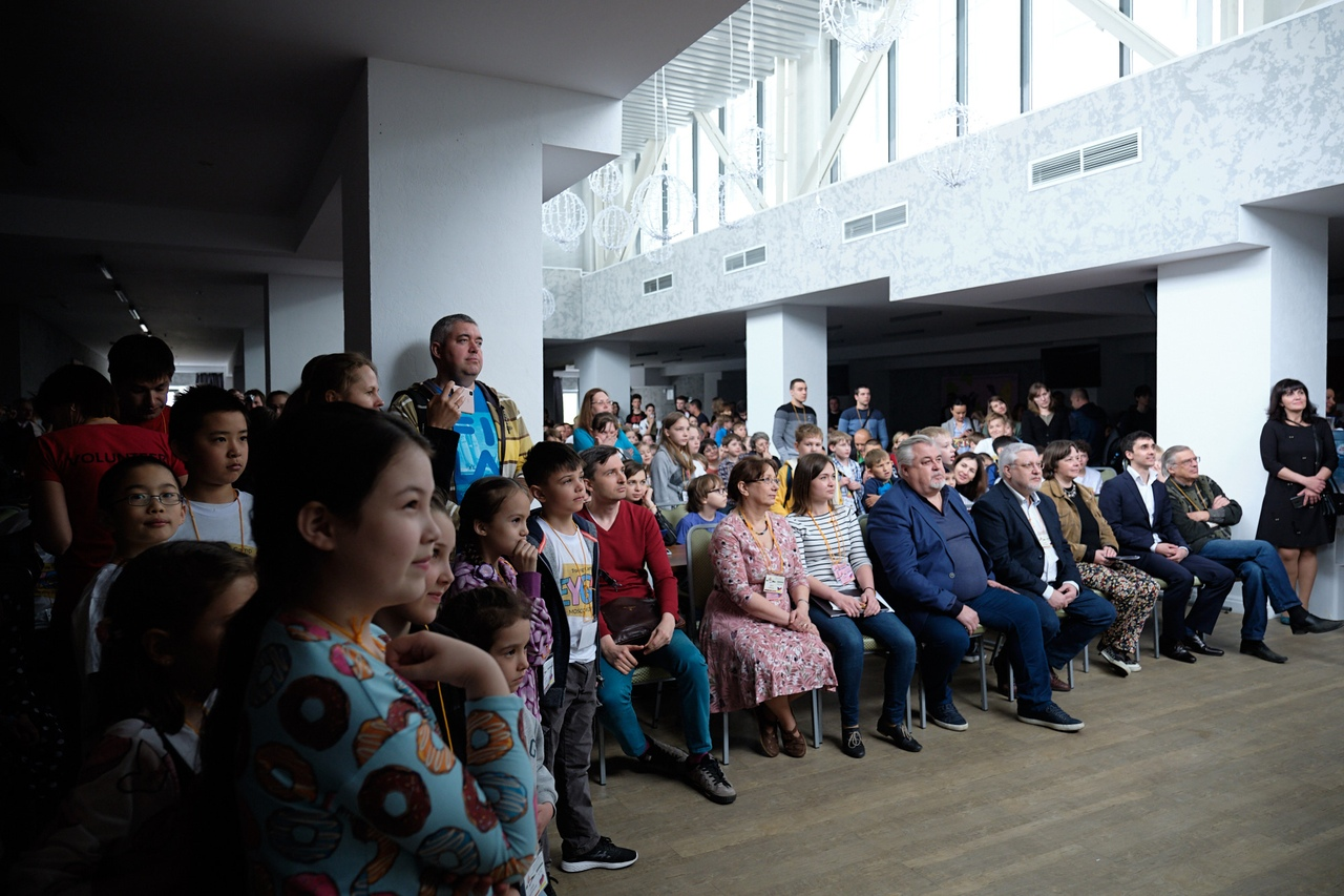 Участники турнира, их родители и тренеры полностью заполнили банкетный зал отеля ART MOSCOW во время церемонии открытия