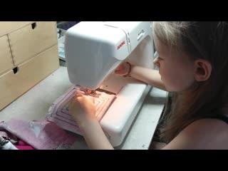 Полине нравится шить на швейной машине!