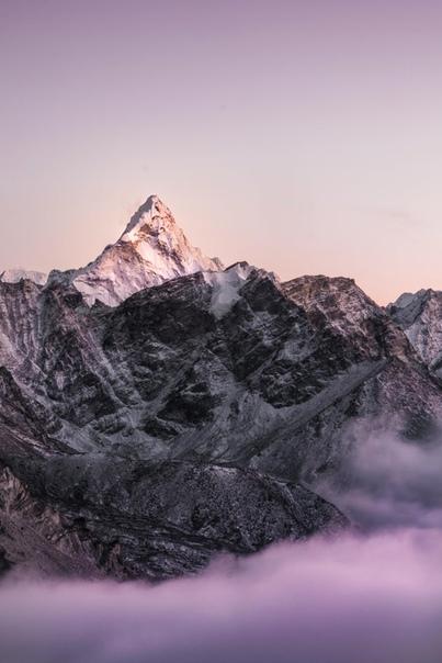 Закат солнца в Ама Даблам в гималайском регионе Кхумбу Непал ( фотограф сделал это фото, находясь на высоте 5486 метров и при -30°C