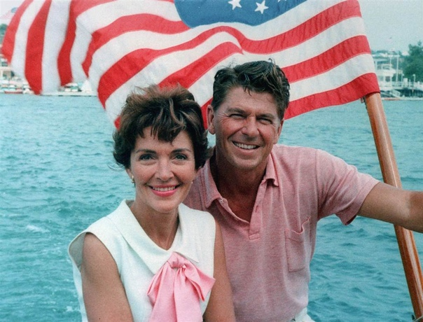 УДАЧНАЯ ШУТКА. 30 марта 1981 года на Рональда Рейгана было совершено покушение. Пуля застряла в лёгком, Рейгана отвезли в госпиталь. В операционной Рейган спросил врача: - Надеюсь, вы