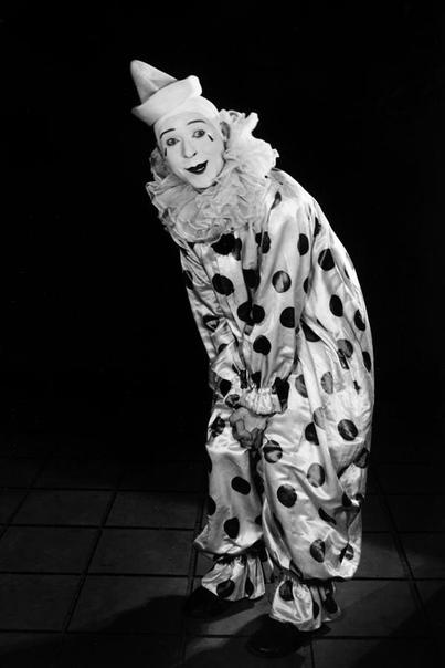 ЗАБЫТЫЙ СОПЕРНИК ЧАПЛИНА, КИТОНА И ЛЛОЙДА «Немую комическую» принято сопрягать с тремя великими именами Чарли Чаплин, Бастер Китон и Гарольд Ллойд. Образ бродяги, воплощаемый Чаплином, был