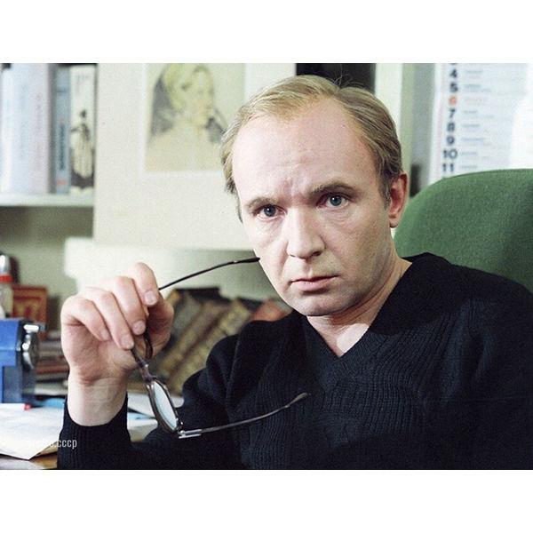 Андрей Мягков, сегодня его день рождения Какой ваш любимый фильм с ним .Спасибо за и подпискуВо время съемок фильма «Жестокий романс», в сцене погони на лодке за пароходом, Андрей Мягков едва не