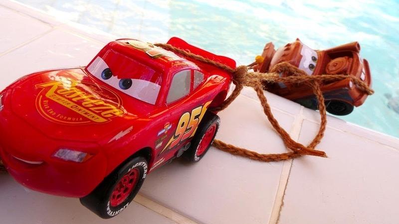 O Raio McQueen e Maitre no Parque Aquático. Vídeo de brinquedos.