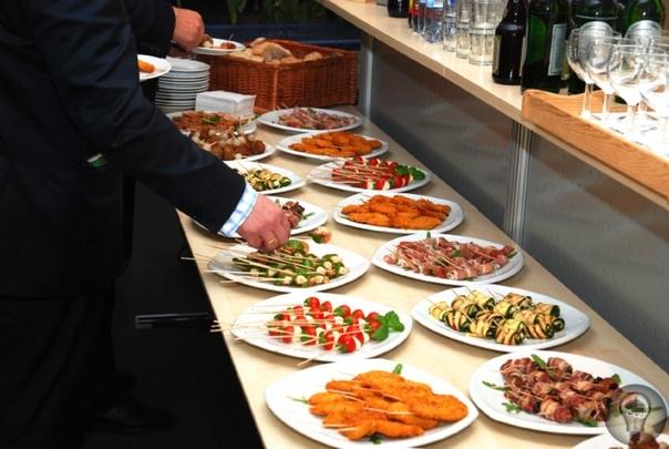ПОЧЕМУ СТОЛ - ШВЕДСКИЙ На самом деле шведским стол является только в России, в других странах Европы и Азии подобный способ приема пищи, когда на стол выставляются различные блюда и каждый сам