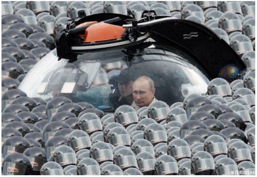 Путин на параде, а Россия снова погружается на дно