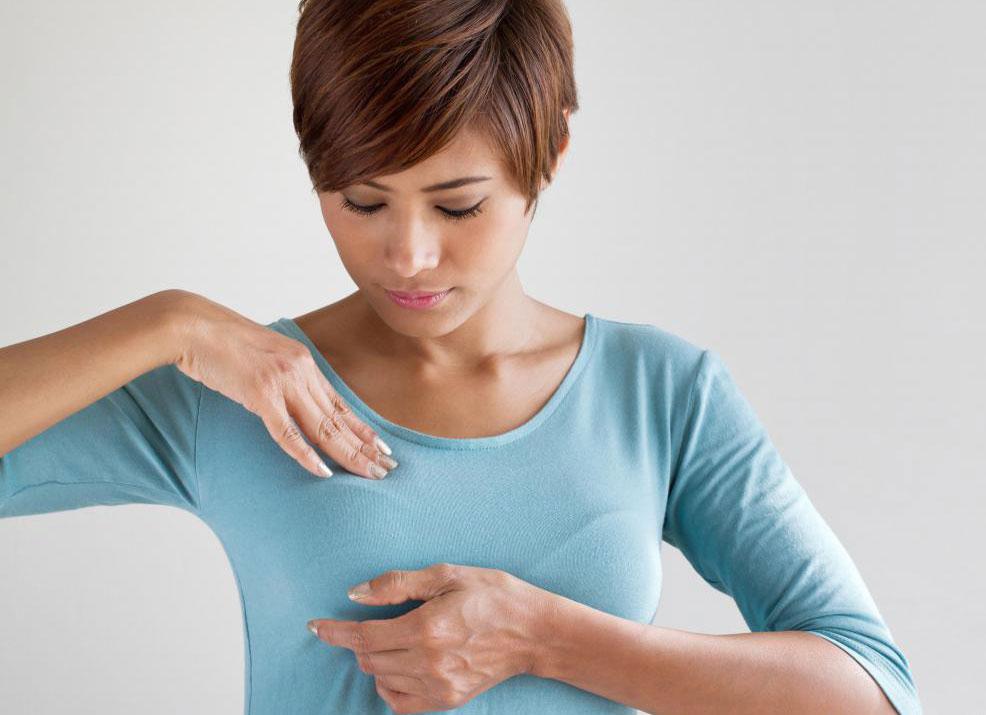 Для женщин важно регулярно проводить самостоятельные обследования груди.