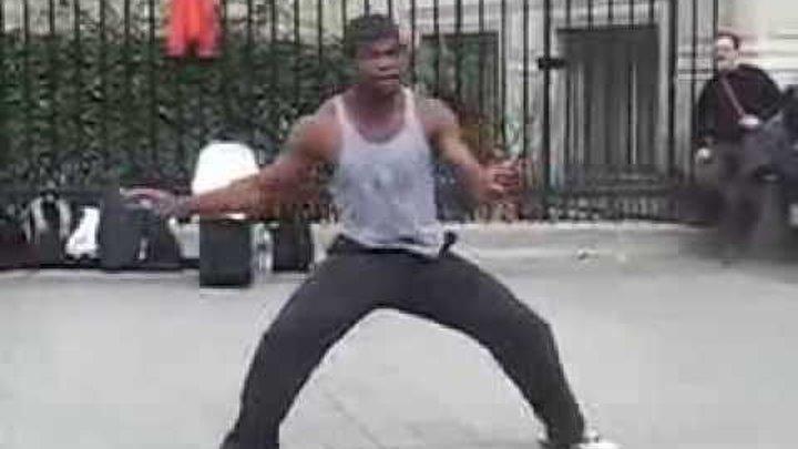 Негр танцует, ваще нереал