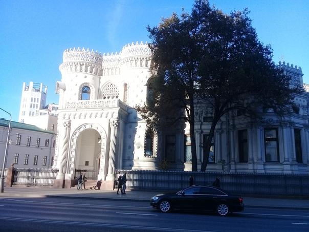 МЕТОДА Нехлюдов в «Воскресении» Толстого размышляет о строительстве именно этого «глупого ненужного дворца какому-то глупому и ненужному человеку». Говорят, матушка заказчика неомавританского