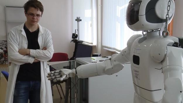 Российские ученые показали робота, определяющего настоящую грудь девушки