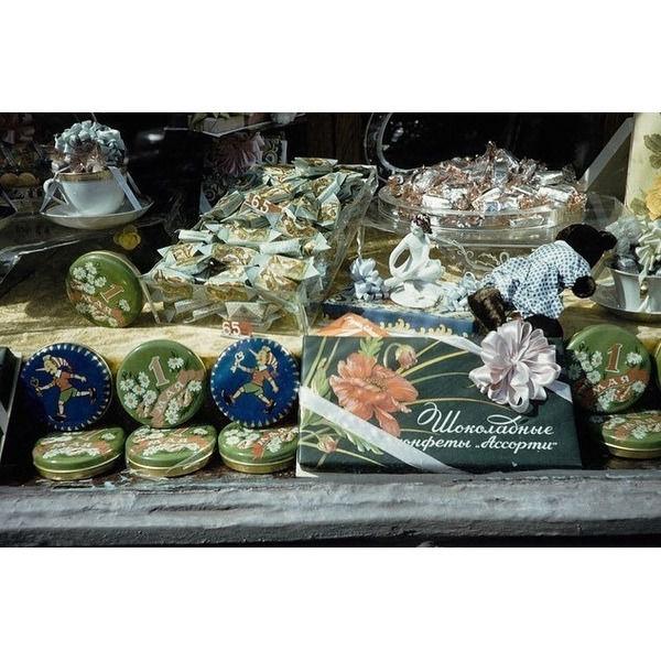 Хотите прогуляться по старой Москве и порассматривать витрины магазинов Пожалуйста Нашли знакомые товары 1959 год. Фото Харрисона Формана..Спасибо за и