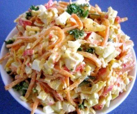 Салат с морковью, сыром и крабовыми палочками.