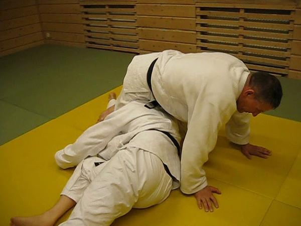 Классика дзюдо — с захватом ногами головы выход на удержание поперек.