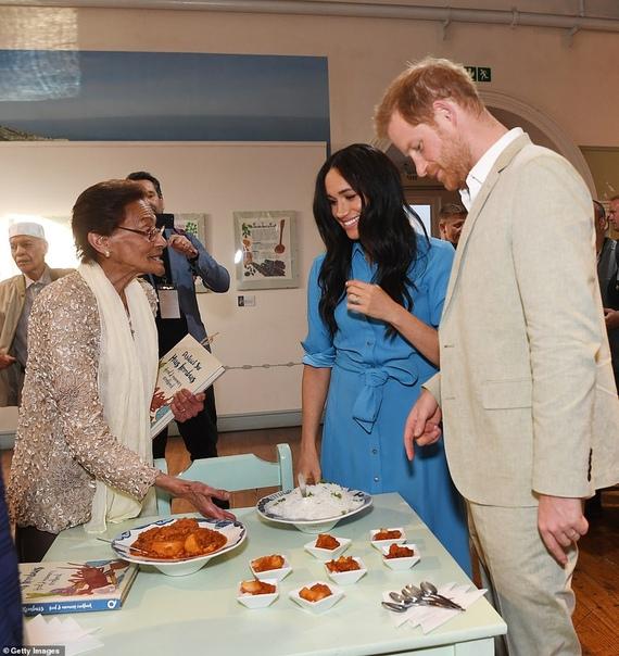 Меган Маркл и принц Гарри посетили музей в Кейптауне Сегодня стартовал официальный тур 38-летней Меган Маркл и 35-летнего принца Гарри по Африке. Утром знаменитая британская пара вместе с