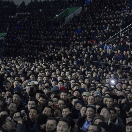 Власти Якутска провели собрание с жителями, которые устроили стихийный митинг, обвинив мигрантов в изнасиловании