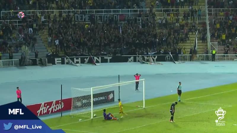 В Малайзии игрок забил на 93 й минуте ударом со штрафного со своей половины поля