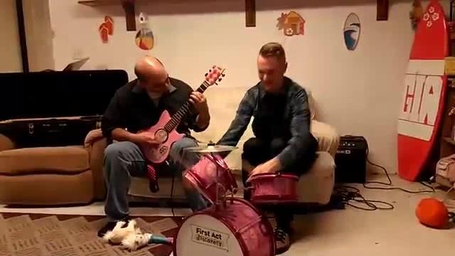 Папа и сын сели за инструменты подаренные для дочери - Dad and son sat down at the tools presented for the daughter