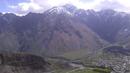 Вид на поселок Степанцминда с высокогорного монастыря Гергети май 2019 Грузия