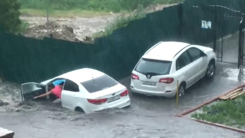 Девушка отчаянно пытается спасти автомобиль. Потоп в Ульяновске 2016