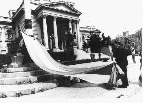 Смена государственного флага перед зданием Скупщины Югославии