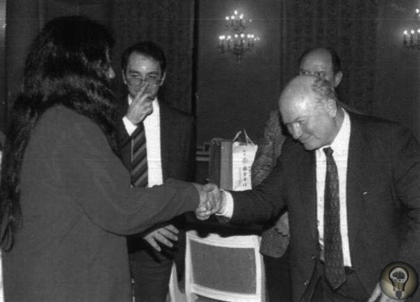 Лидер секты Аум Синрикё Сёко Асахара приветствует мэра Москвы Юрия Лужкова на открытии филиала секты Москва, 1992 год.Через 3 года , случится страшная трагедия, члены этой секты устроят теракт
