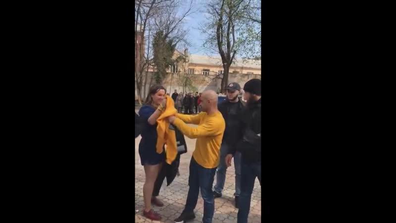 Нардепа Мустафу Найема в Одессе облили экскрементами.mp4