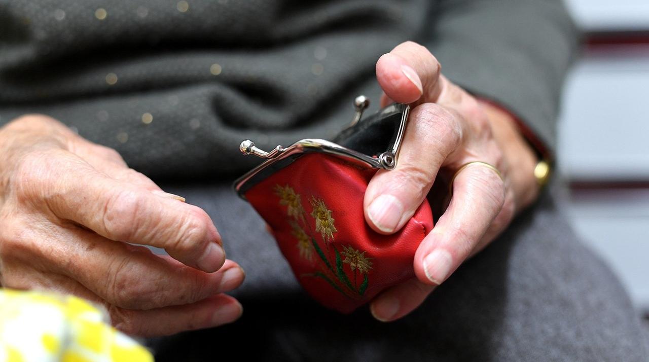 Пенсионерку ударили по голове и украли кошелек