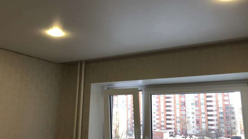 Парящий потолок со встроенным карнизом