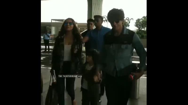 Шахрукх с Гаури и АбРамом в аэропорту Мумбаи перед отлетом в Лондон 17 06 2019
