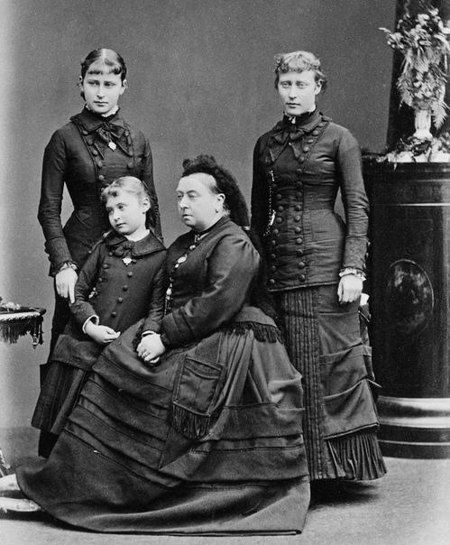 БРАКОВАННЫЕ ДОЧЕРИ НИКОЛАЯ II, ПОЧЕМУ ИХ НЕ ВЫДАЛИ ЗАМУЖ Три старших дочери Николая II были девицами на выданье, к моменту расстрела им было 22, 21, 19 лет - вполне себе брачный возраст(младшей