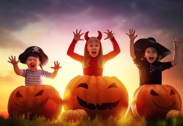 ОТКУДА ВЗЯЛСЯ ХЕЛЛОУИН Привидения, гоблины и ведьмы Вампиры, колдуны и демоны Странное смешение языческих обычаев, религиозных традиций и пугающих суеверий. Нет в мире больше ни одного праздника
