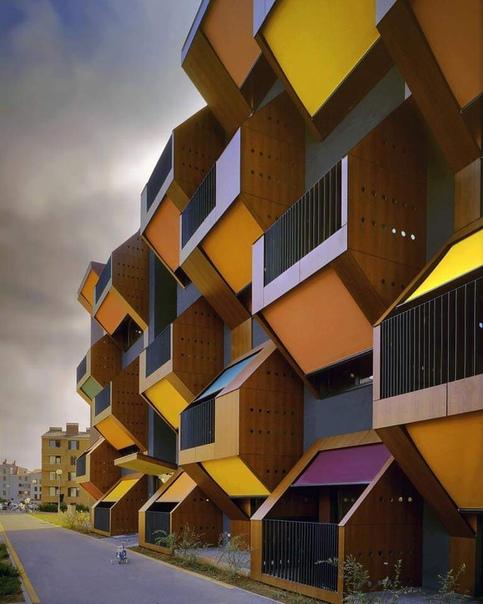 Архитекторы OFIS Arhiteti (Любляна, Словения) на площади в 5452 кв. м создали невероятное социальное жилье, не уступающее по своей функциональности дорогим апартаментам.