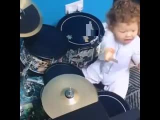Малышка играет на барабанах
