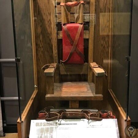 Электрический стул Old Smoey Этот электрический стул находился в тюрьме штата Теннесси в Нэшвилле. За 44 года на нём казнили 125 человек. Построили стул сами заключенные из бывшей виселицы. Своё