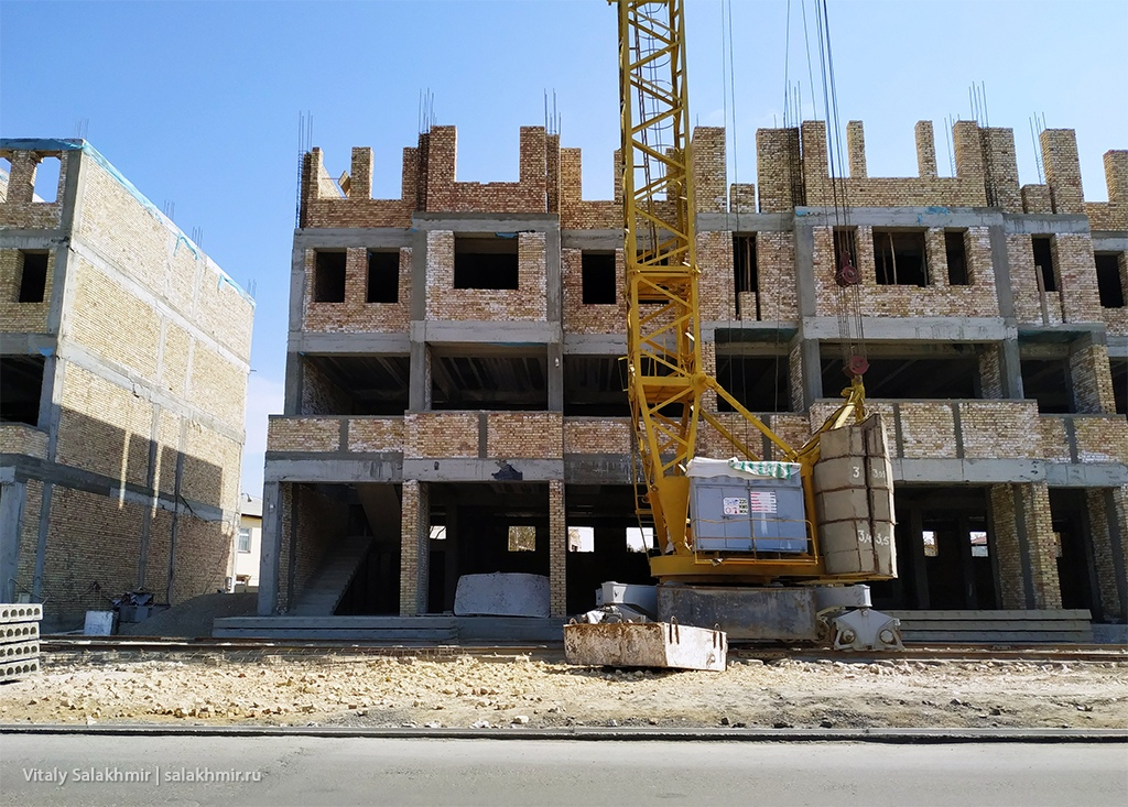 Новые здания в Бухаре, дорога Бухара-Самарканд, Узбекистан 2019